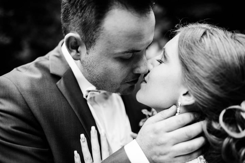 Detailaufnahme Brautpaar beim Küssen