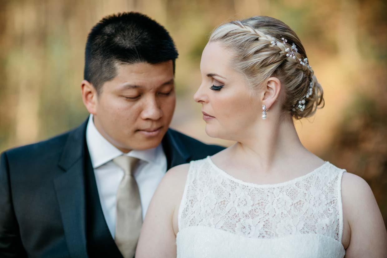 Brautpaar mit geschlossenen Augen beim Brautpaarshooting