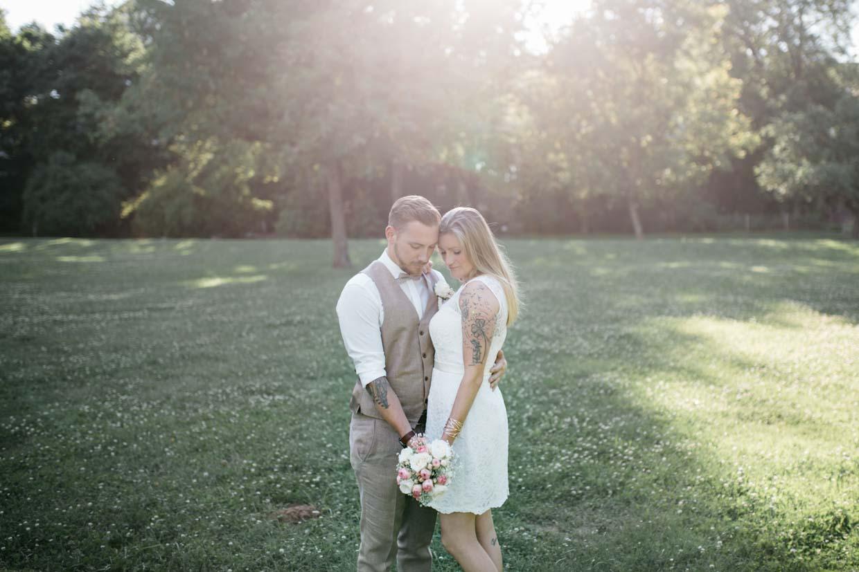 Brautpaar steht mit dem Rücken zur Sonne