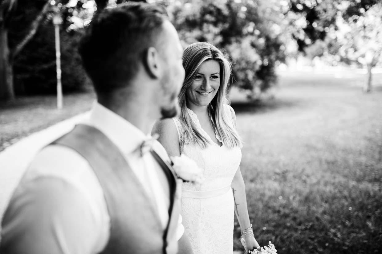 Brautpaar schaut sich beim Gehen an