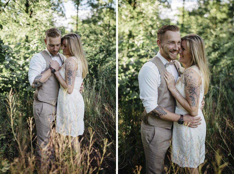 Brautpaar steht in einem Feld eng zusammen