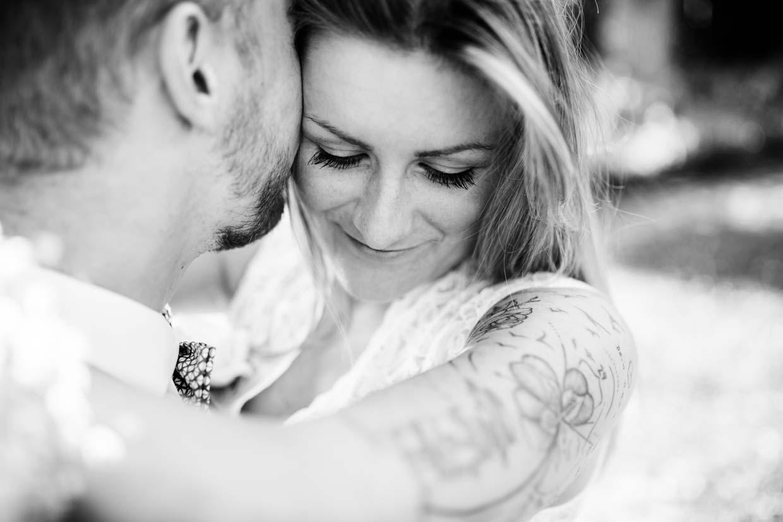 Braut umamrt Bräutigam um den Hals und genießt den Moment