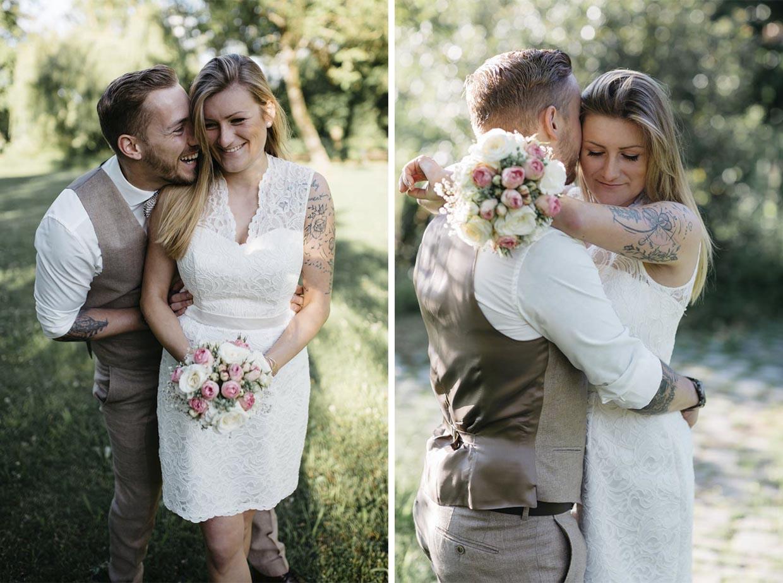 Brautpaar lacht zusammen und umarmt sich