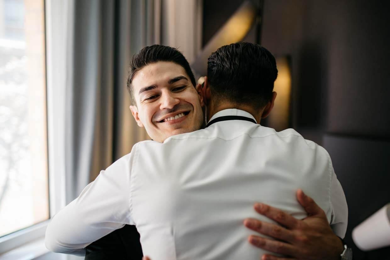 Bräutigam und Trauzeuge umarmen sich