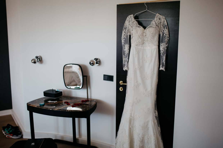 Brautkleid hängt an der Tür im Hotelzimmer