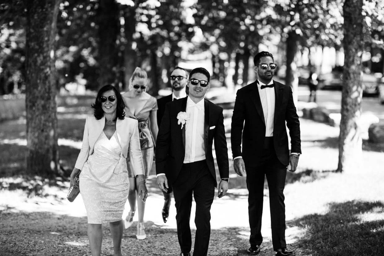 Bräutigam und Familie auf dem Weg zur Trauung