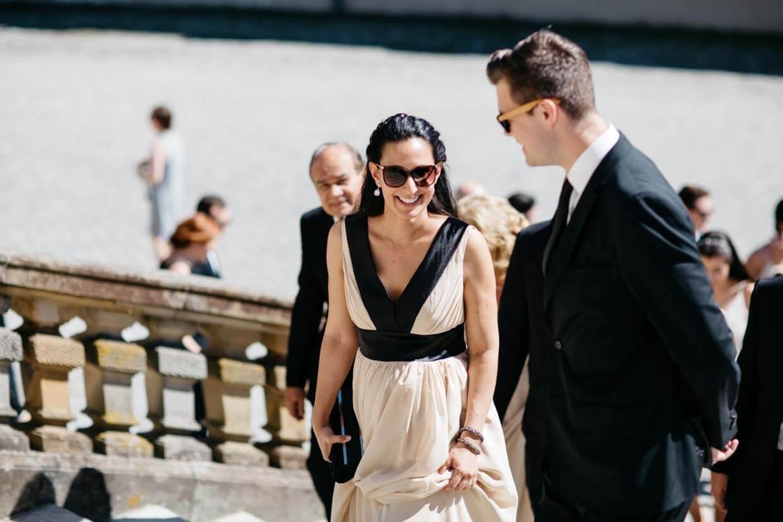 Hochzeitsgäste auf dem Weg zur Trauung
