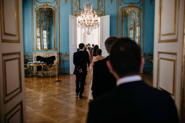 Hochzeitsgäste beim Betreten des Trausaals im Schloss Solitude
