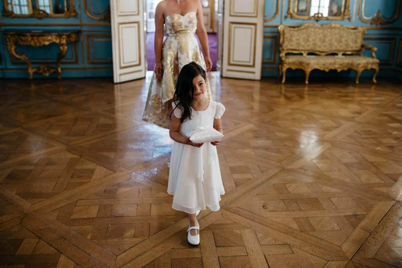 Kleines Mädchen trägt Ringkissen