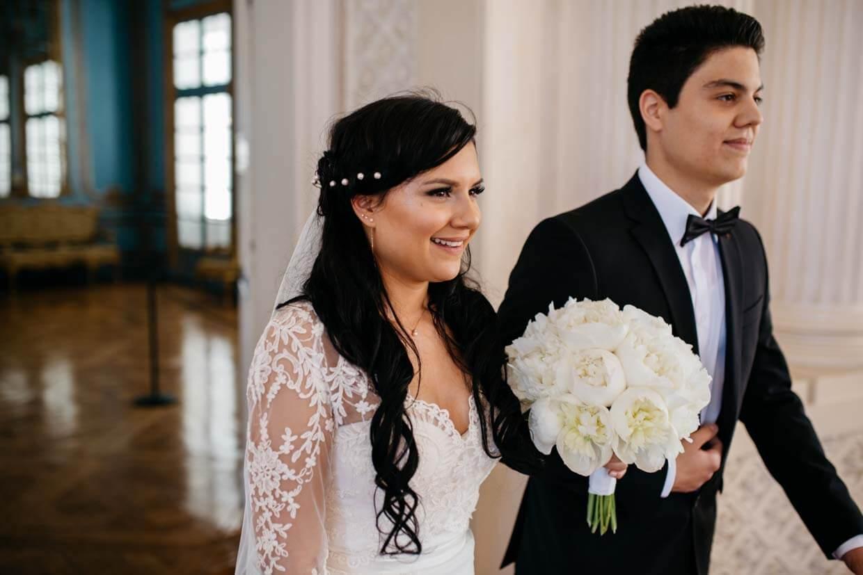 Braut zieht mit Bruder zur Trauung ein