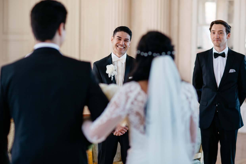 Bräutigam empfängt die Braut bei der Trauung