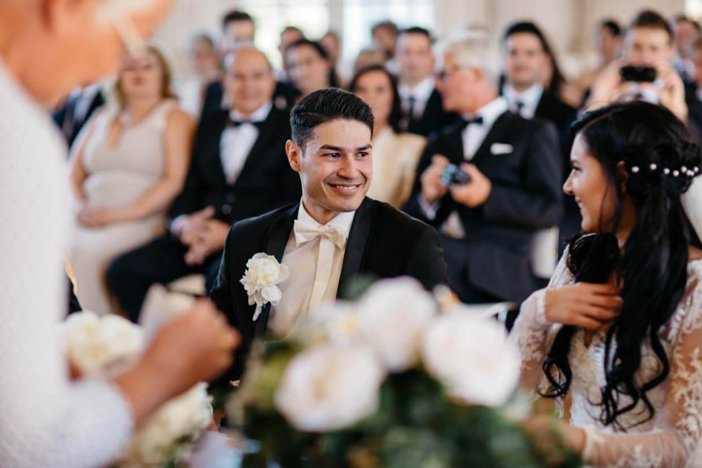 Bräutigam bei der Trauung gerührt