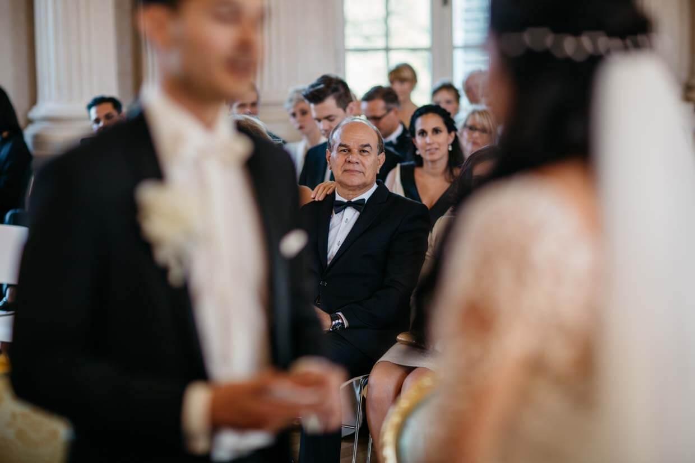 Brautvater schaut stolz auf das Brautpaar
