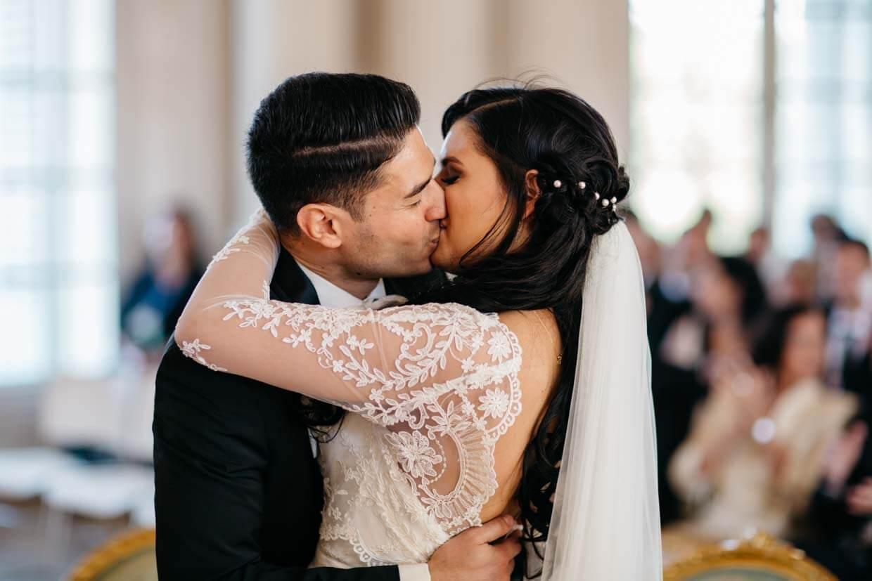 Brautpaar küsst sich nach Ringübergabe