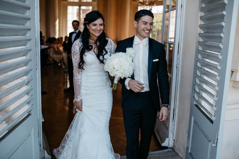 Brautpaar zieht aus dem Trausaal aus