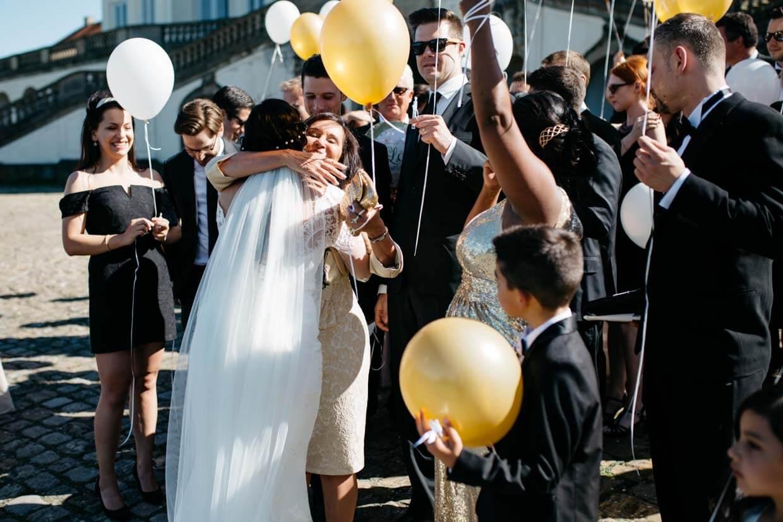 Brautmutter beim Gratulieren
