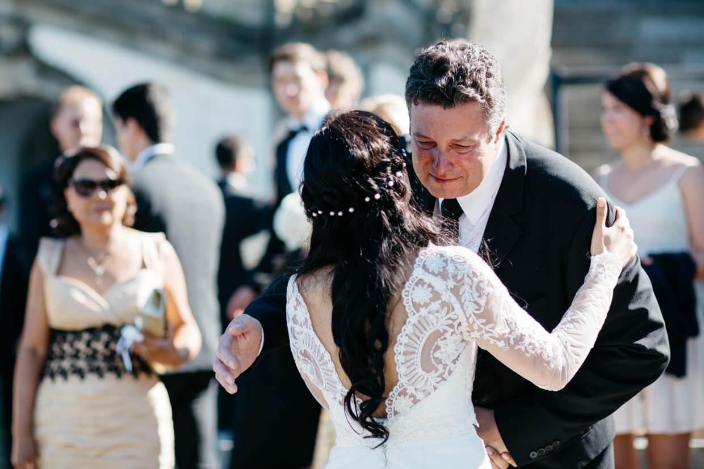 Brautvater beim Gratulieren vor Freude gerührt
