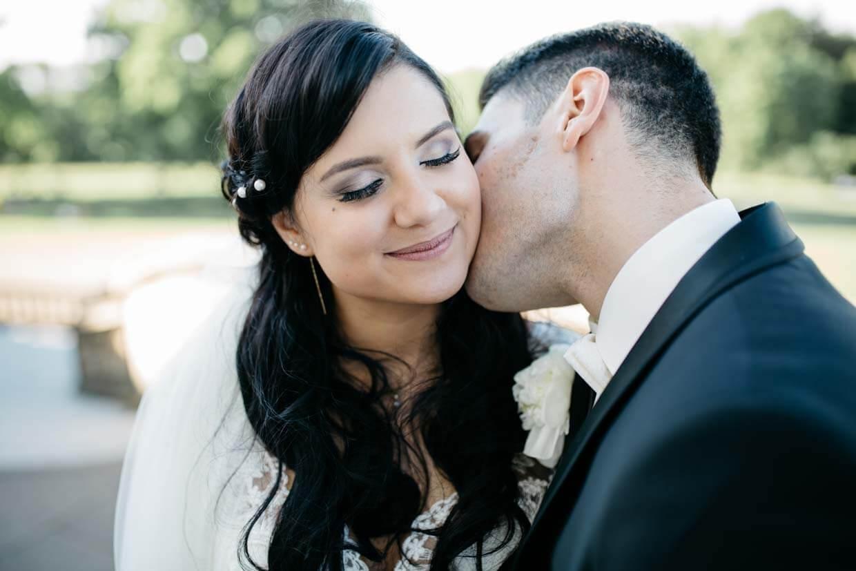 Bräutigam küsst Braut auf den Hals
