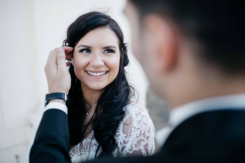 Bräutigam streichelt die Braut am Kopf