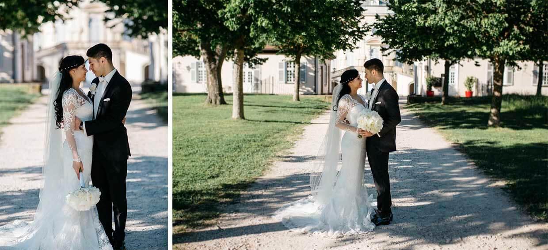 Brautpaar auf einem Kiesweg vor dem Schloss Solitude