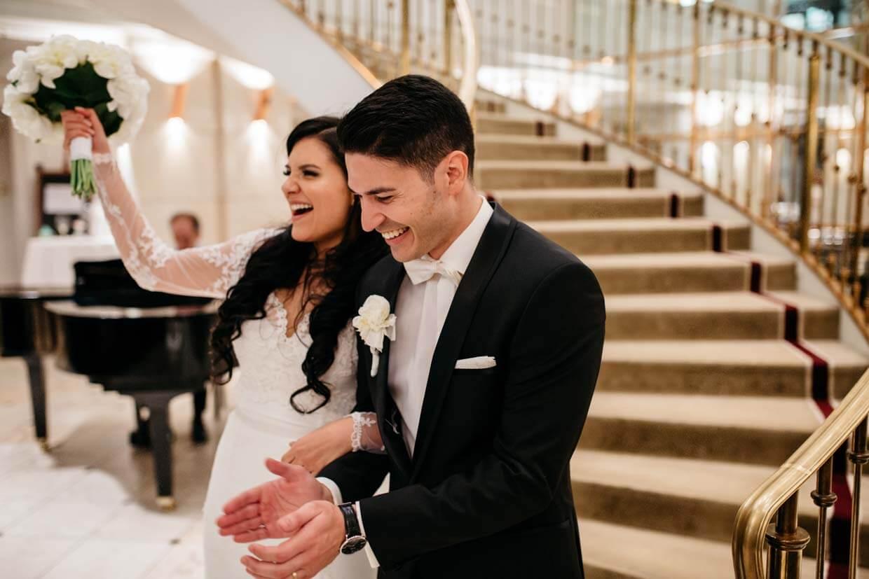 Brautpaar wird von den Hochzeitsgästen empfangen