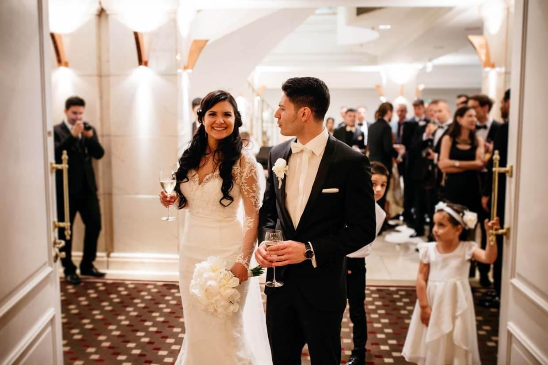 Brautpaar zieht in den Festsaal ein
