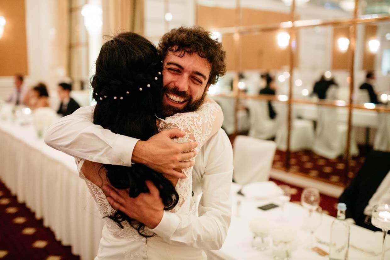 Hochzeitsgast umarmt Braut und freut sich