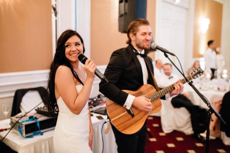 Hochzeitsgast spielt auf der Gitarre und singt mit der Braut