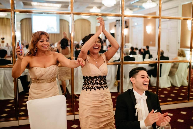 Bräutigam und Hochzeitsgäste freuen sich