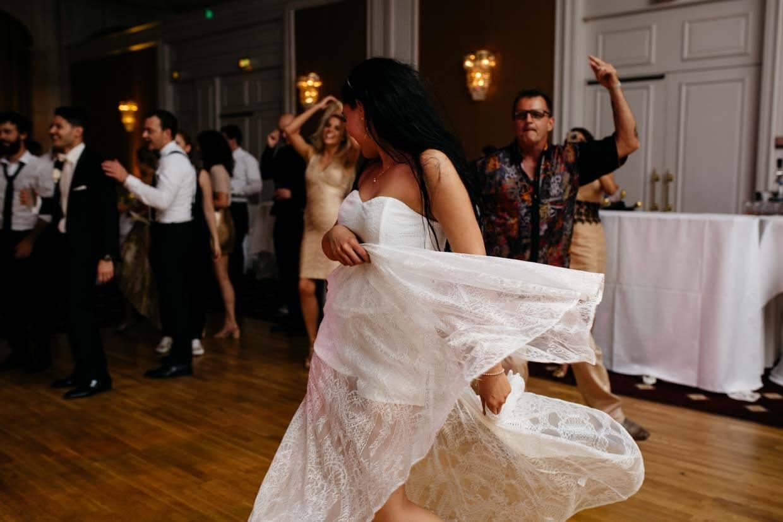 Braut tanzt ausgelassen und lässt das Kleid schwingen