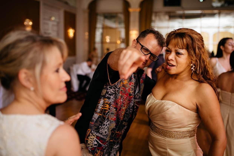 Hochzeitsgast zeigt mit ausgestrecktem Arm in die Kamera