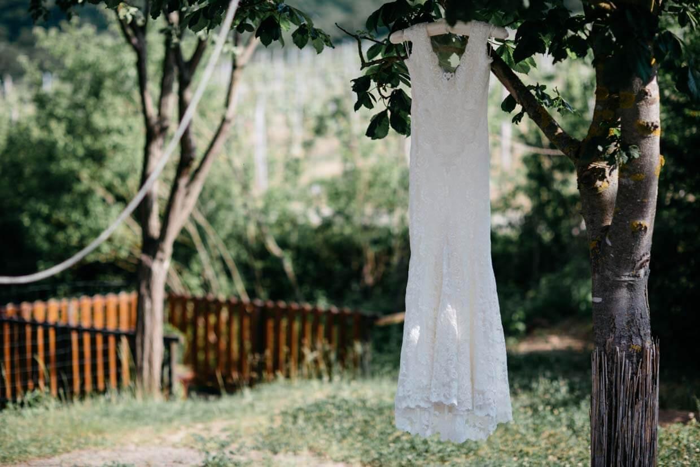 Brautkleid hängt draußen an einem Ast