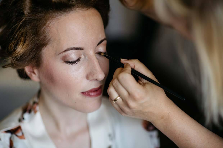 Braut wird beim Getting Ready geschminkt