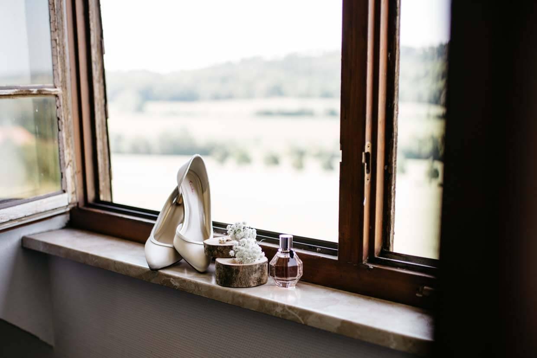 Brautschuhe und Details auf einem Fensterbrett