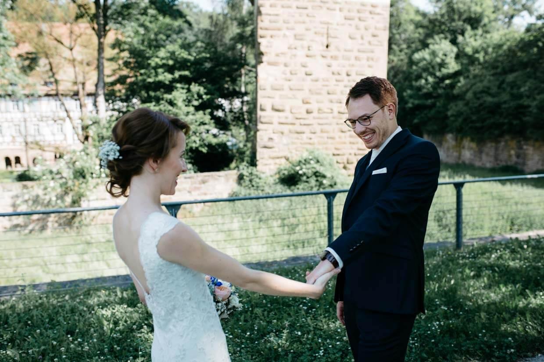Braut und Bräutigam freuen sich beim First Look