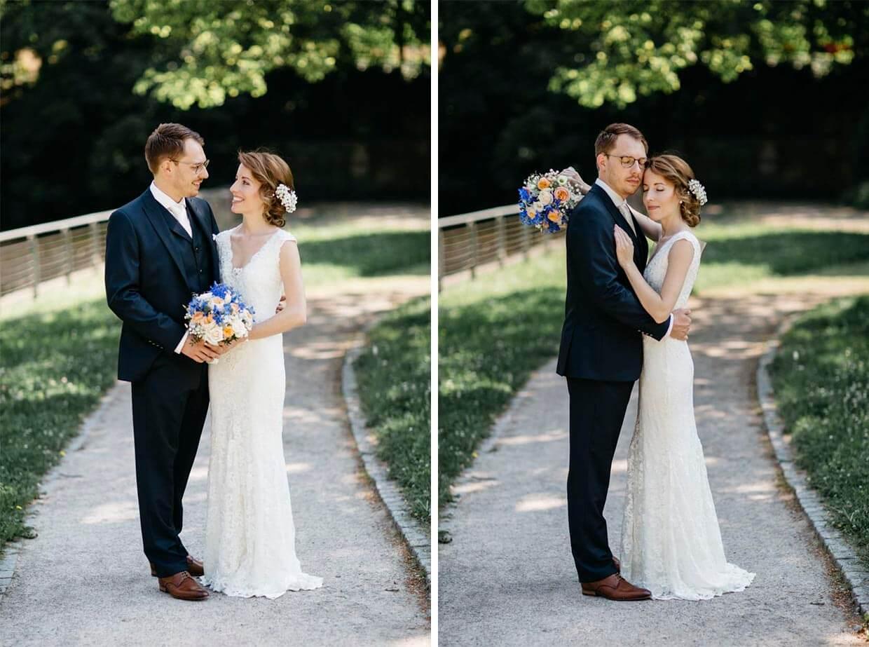 Brautpaar steht beim Shooting nebeneinander
