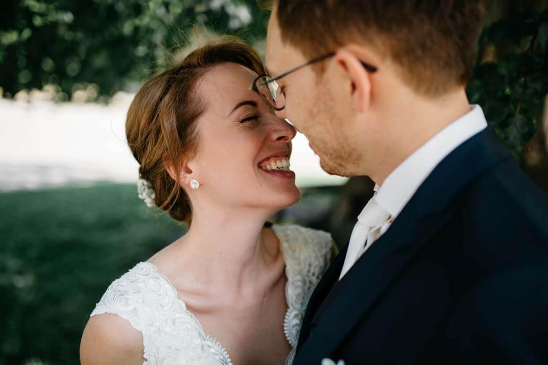 Braut lacht sehr natürlich