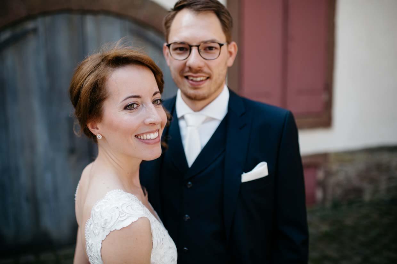 Brautpaar schaut natürlich beim Brautpaarshooting