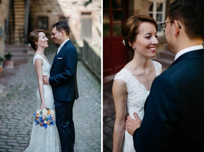 Brautpaar steht sich gegenüber und schaut sich an