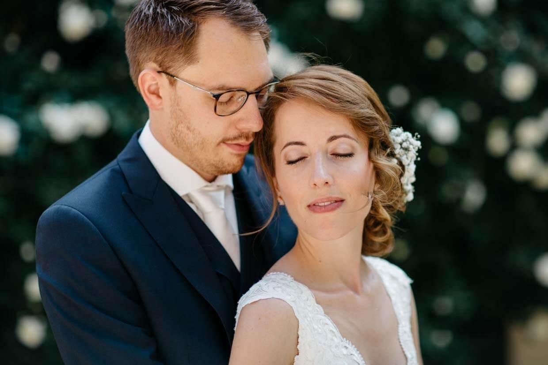 Brautpaar steht hintereinanden mit geschlossenen Augen