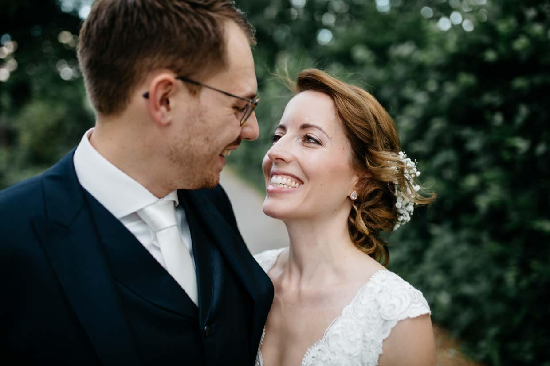Brautpaar schaut sich an und lacht gemeinsam