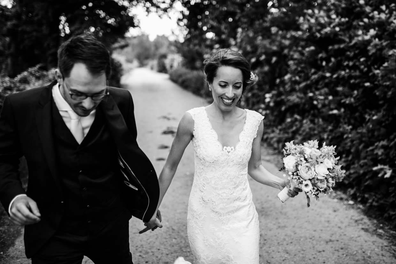 Brautpaar in der Bewegung fotografiert