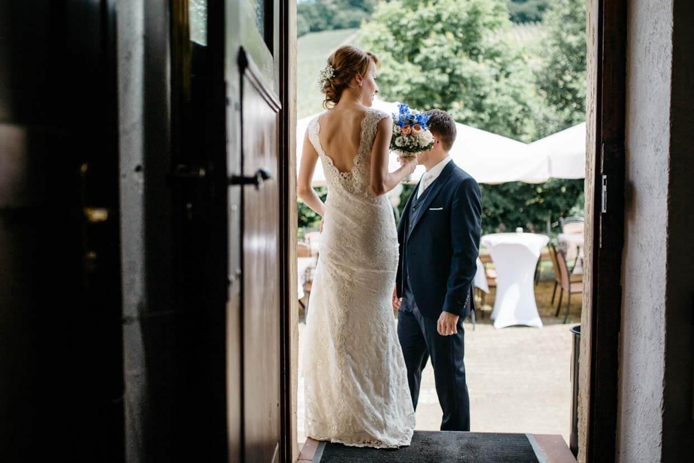 Brautpaar steht wartend am Eingang einer Türe