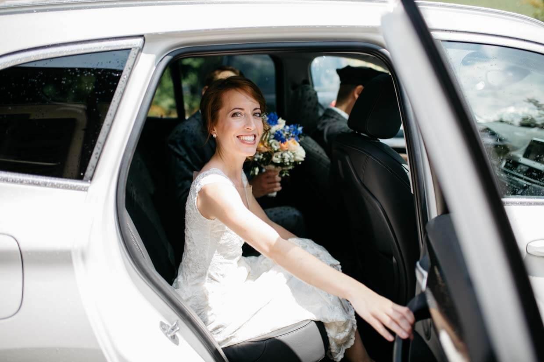 Braut beim Einsteigen in ein Auto