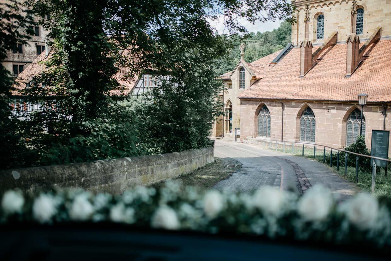 Blick auf Klosterkirche Maulbronn aus einem Auto