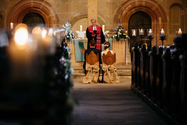 Brautpaar in der Kirche von hinten fotografiert