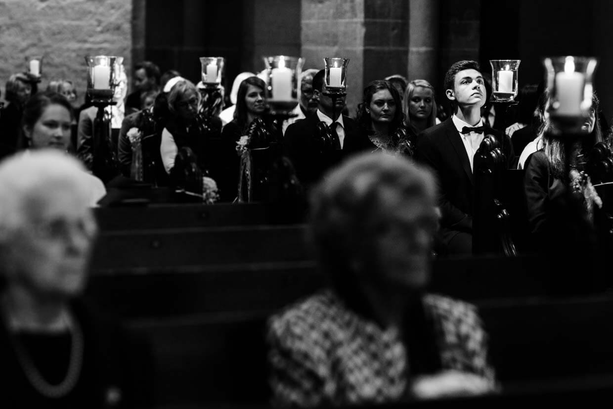 Hochzeitsgäste in der Kirche