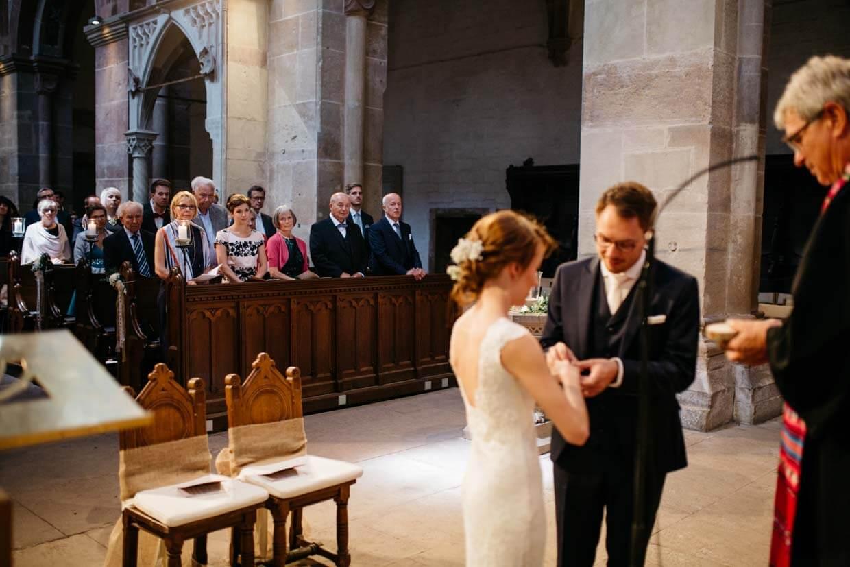 Brautpaar und Angehörige bei Ringübergabe