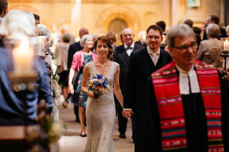 Brautpaar beim Auszug aus der Kirche
