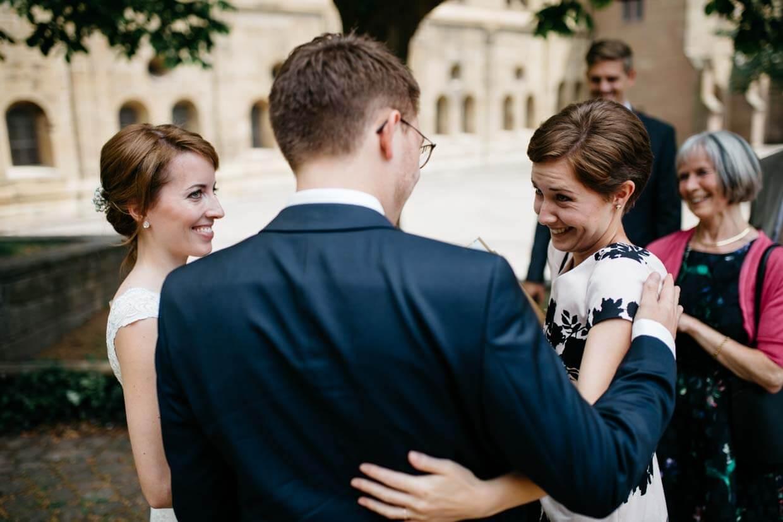 Hochzeitsgast beim Gratulieren